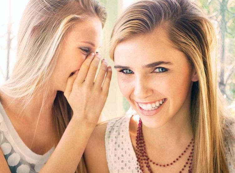 девушки беседуют и смеются