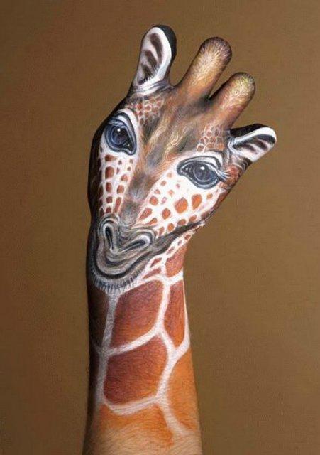 Изображение жирафа на руках