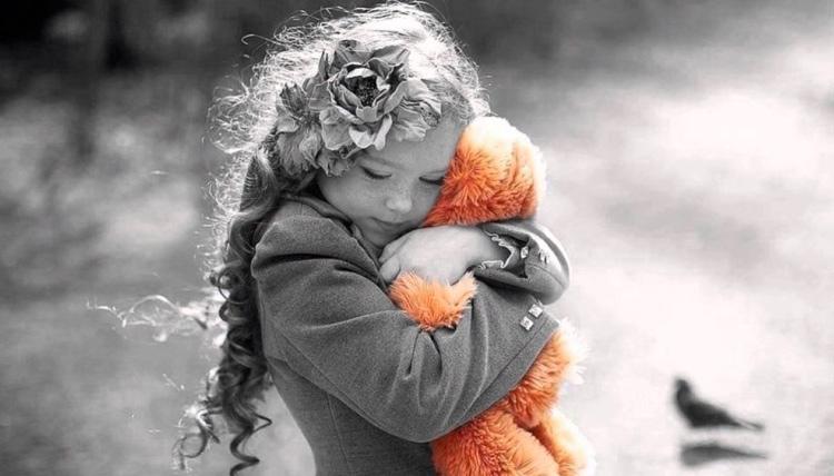 обнимая друга