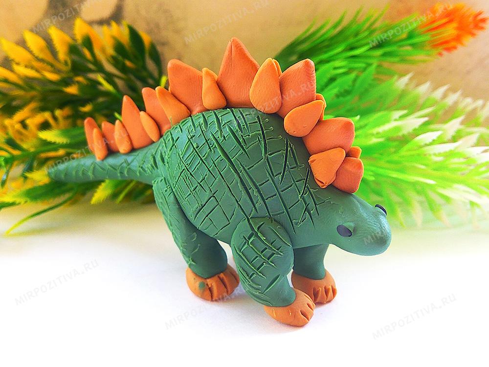 модель динозавра из пластилина